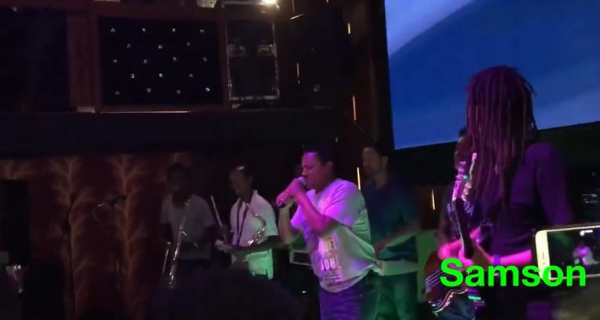 Teddy Afro singing at Mama's Kitchen - Marakiye (Ethiopian Music)